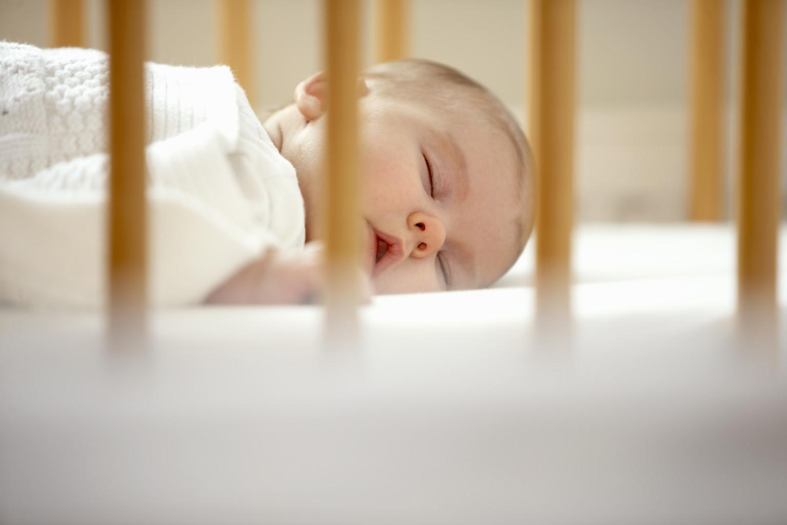baby-sleeping-in-crib-motherhoodcare